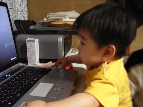 パソコンをする悠真