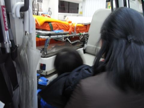 救急車を覗く悠真