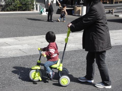 三輪車を押してもらう