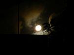 月の向こうに怪しき影が!