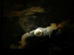雲の切れ目から顔を出した月の周りは荘厳な雰囲気